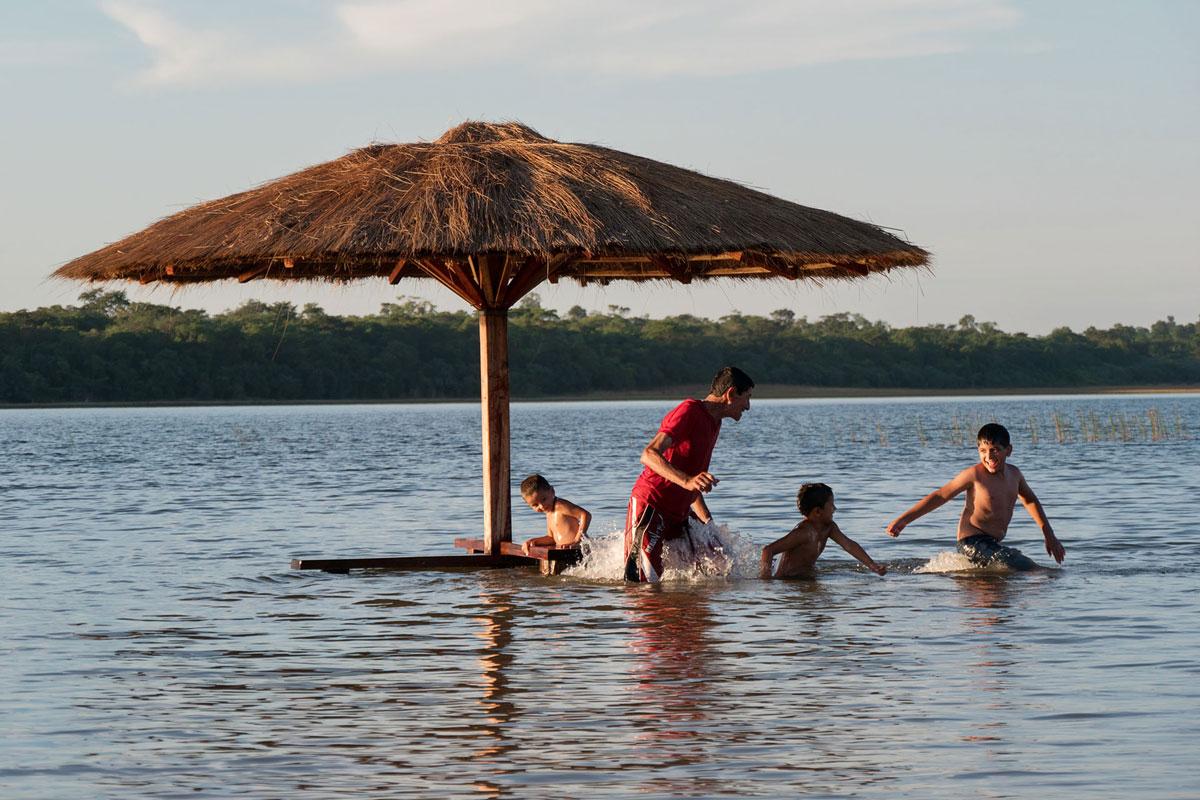 Laguna blanca paraguay san pedro personnes jouant dans l'eau