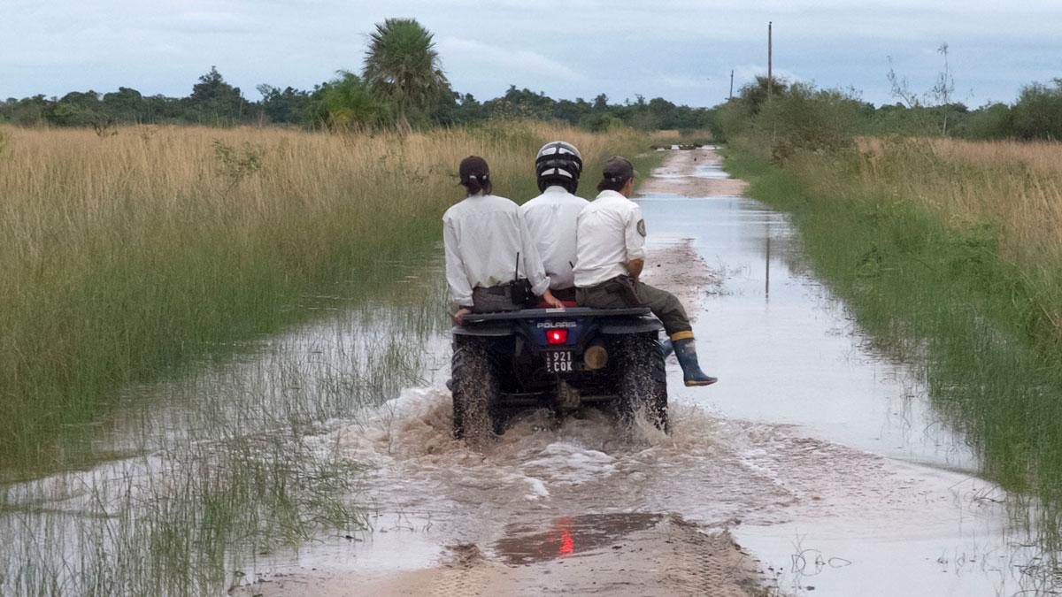 Parque nacional Mburucuyá inundación guardaparques quad