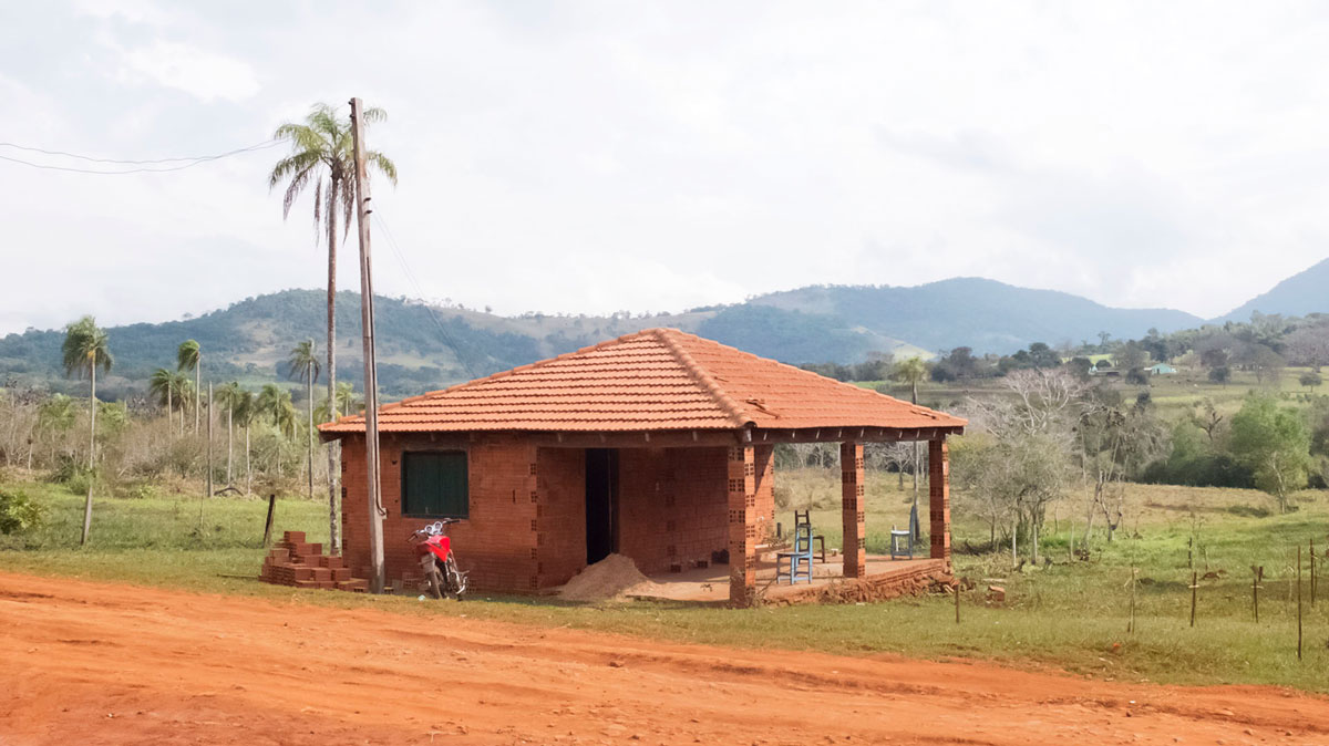 Paraguay Ybytyruzú casa campo tierra colorada