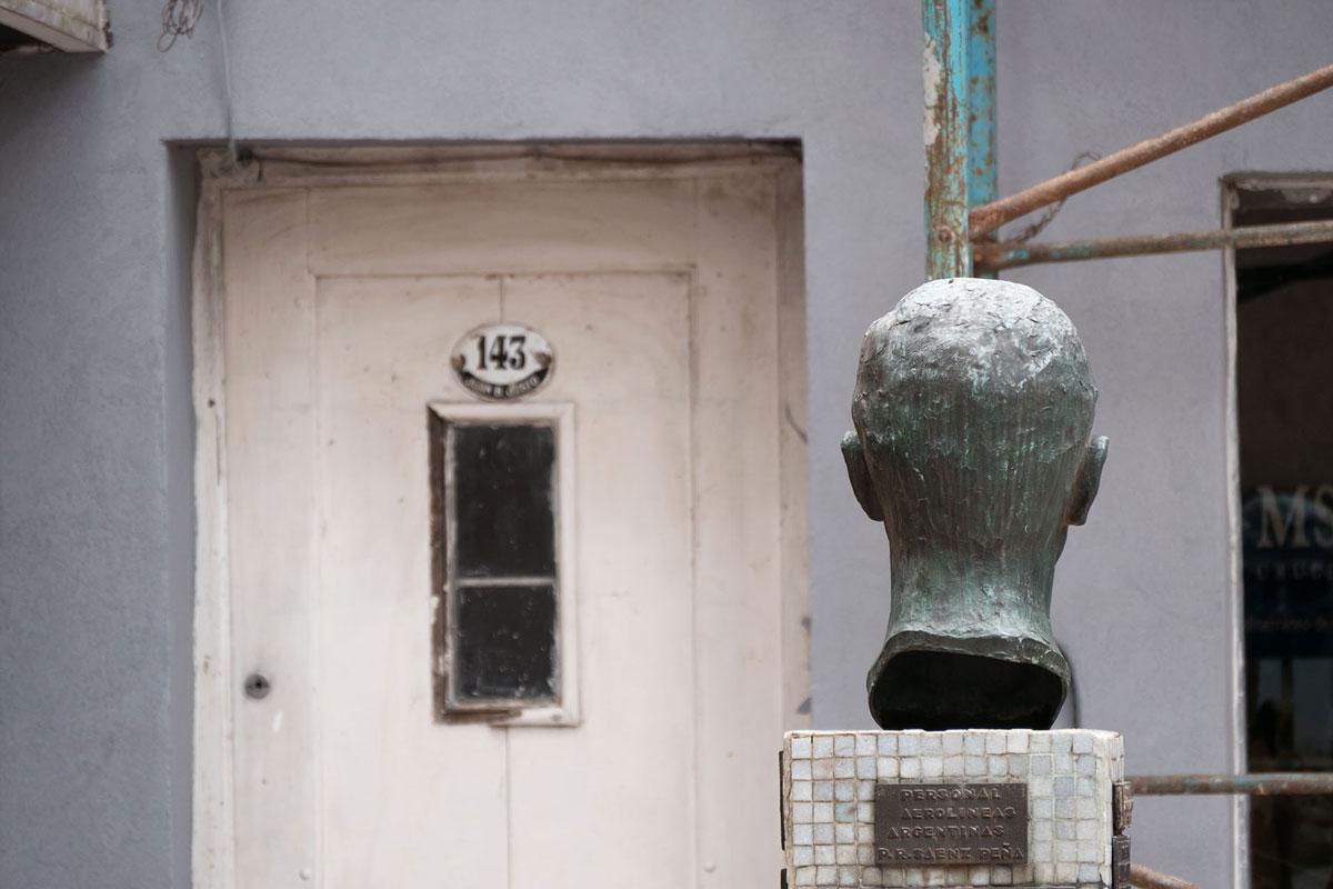 Resistencia chaco argentina escultura Cabeza Guillermo Hillcoat puerta