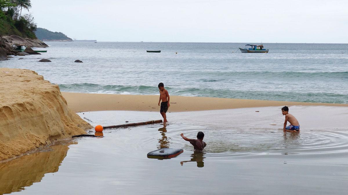 Ilha Grande Proveta enfants jouent dans l'eau