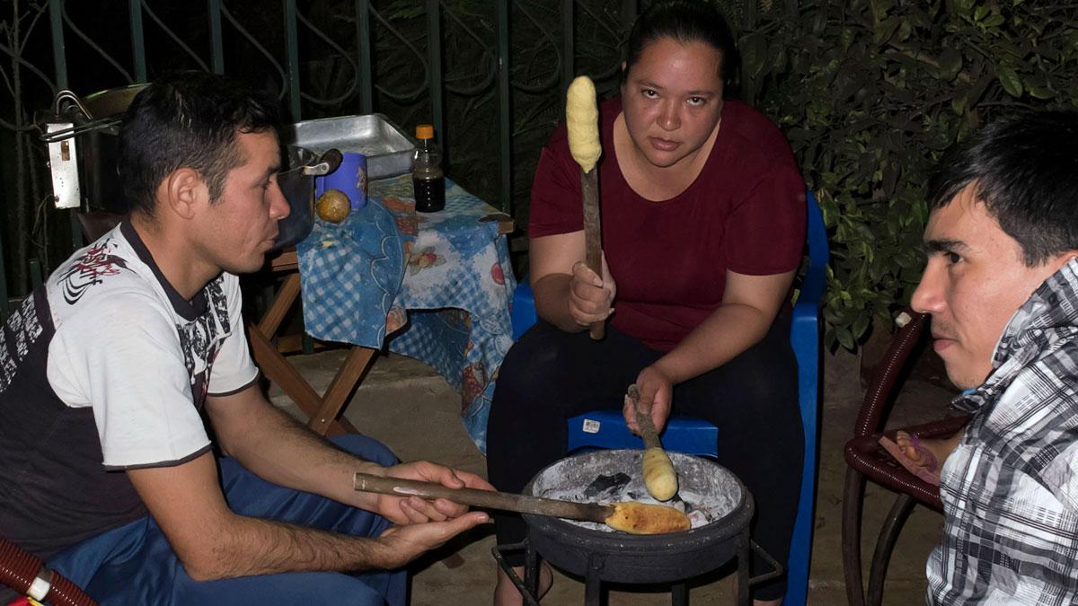 Paraguay gastronomie préparation braises chipa kavuré