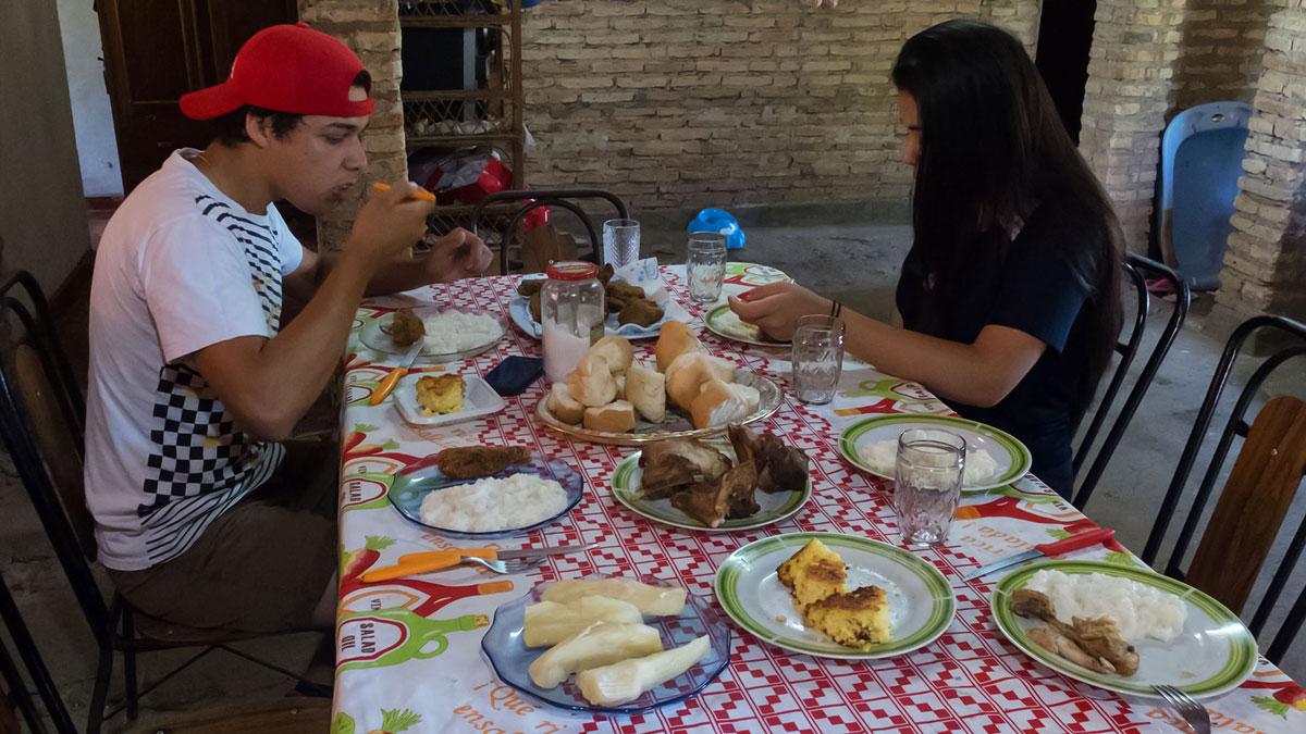 Paraguay gastronomie déjeuner maison table famille paraguayenne