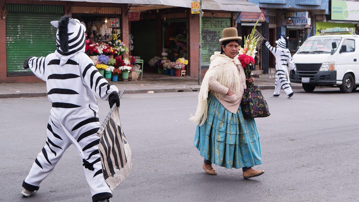 Bolivie Cholita zèbres passage piétons