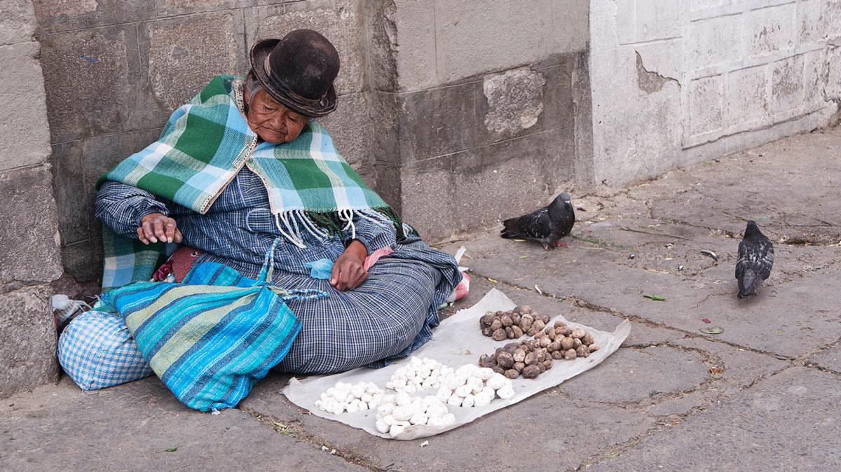 Bolivie Cholita vendeuse de rue chuño