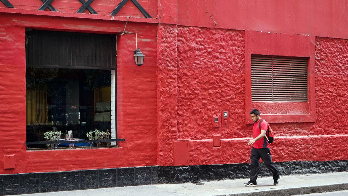 Argentine Tucuman Street Photography restaurant rouge noir